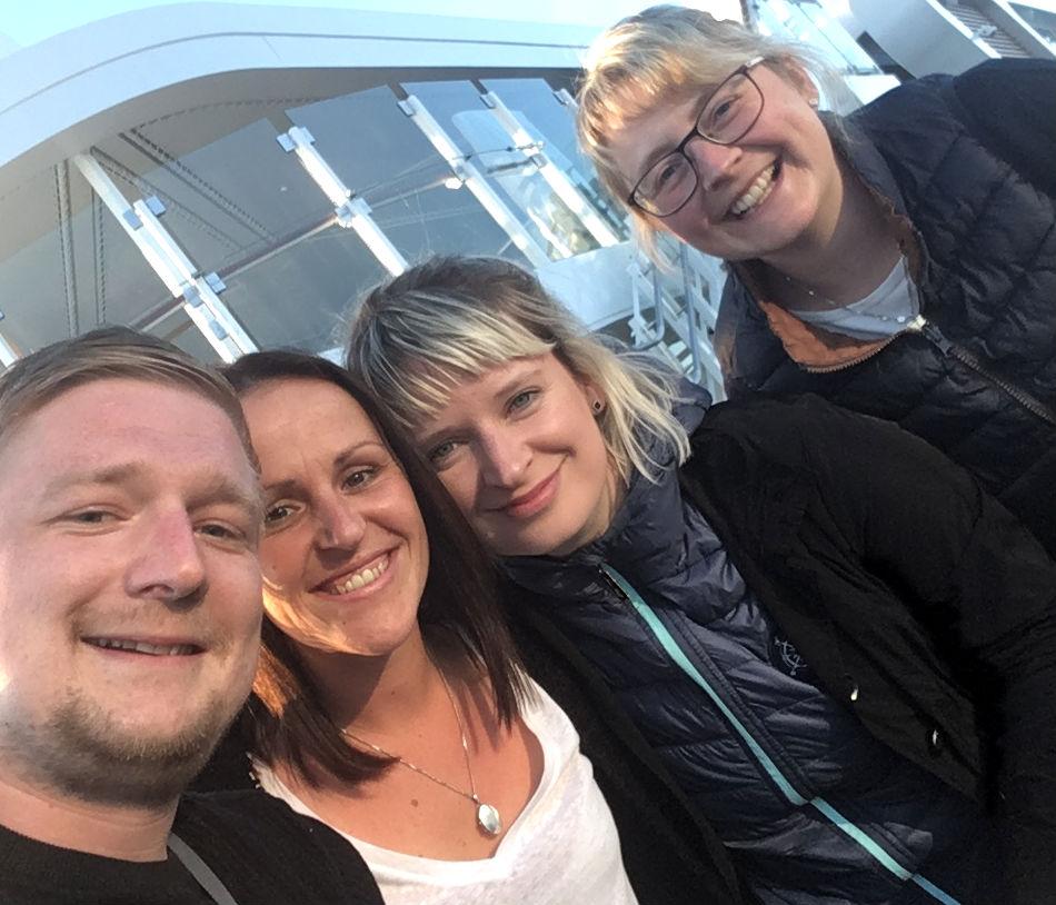 Michael und Ivonne (ganz rechts) auf der neuen TUI Mein Schiff 1 – Anschluss ist schnell gefunden!
